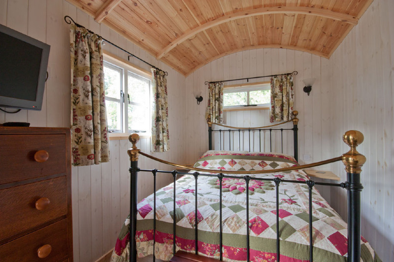 simply-Shepherds_Retreat_Double_Bed_Glampingpsd