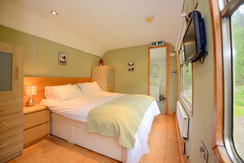8.-Carriage-2-twin-bedroom-with-en-suite-2-can-also-be-king-size